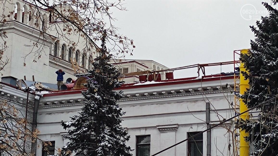Трагедия возле главной елки Мариуполя: мужчина сорвался с крыши драматического театра, фото-1