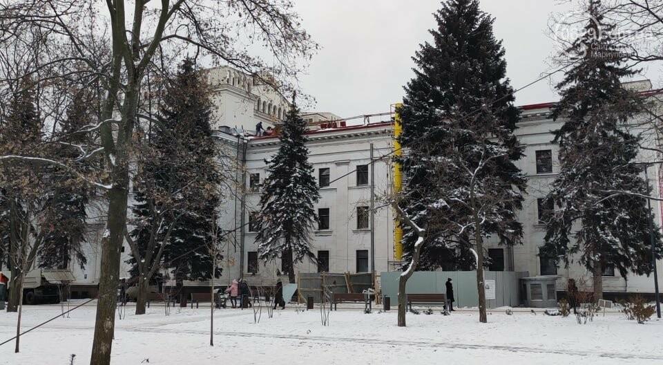 Трагедия возле главной елки Мариуполя: мужчина сорвался с крыши драматического театра, фото-12
