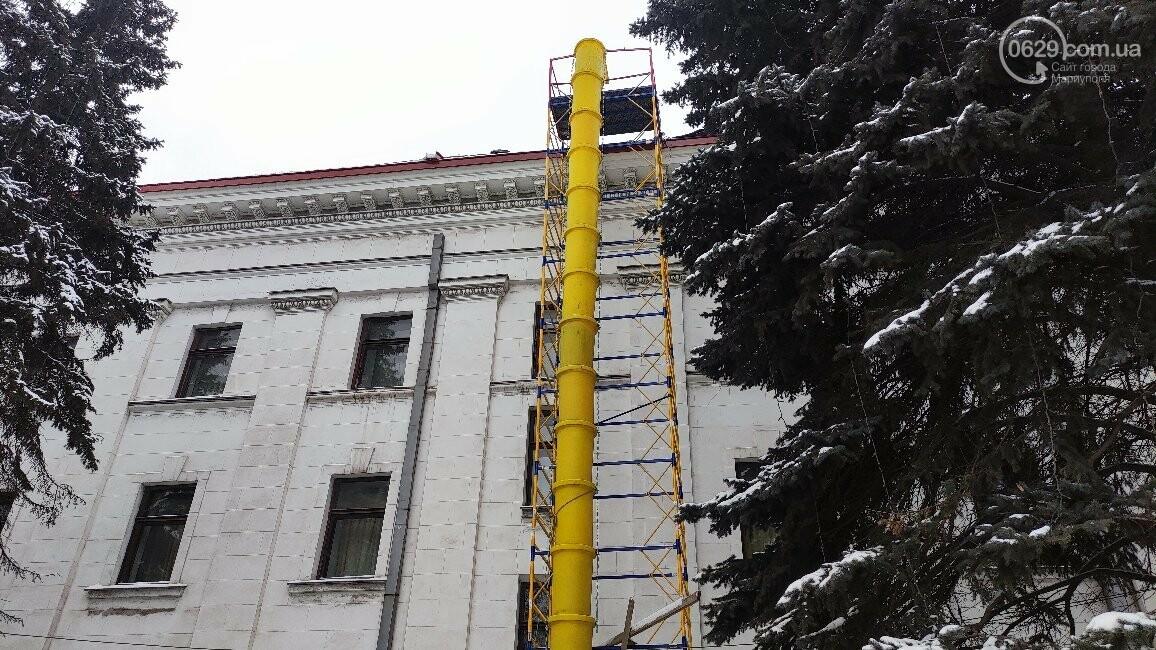 Трагедия возле главной елки Мариуполя: мужчина сорвался с крыши драматического театра, фото-10