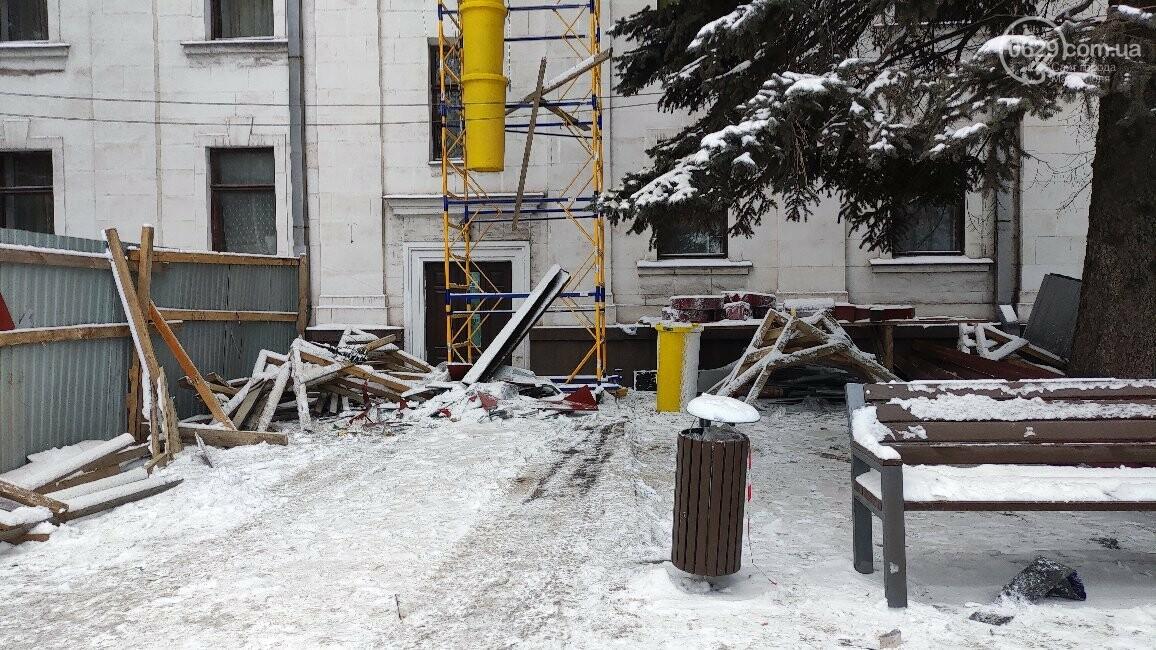 Трагедия возле главной елки Мариуполя: мужчина сорвался с крыши драматического театра, фото-4