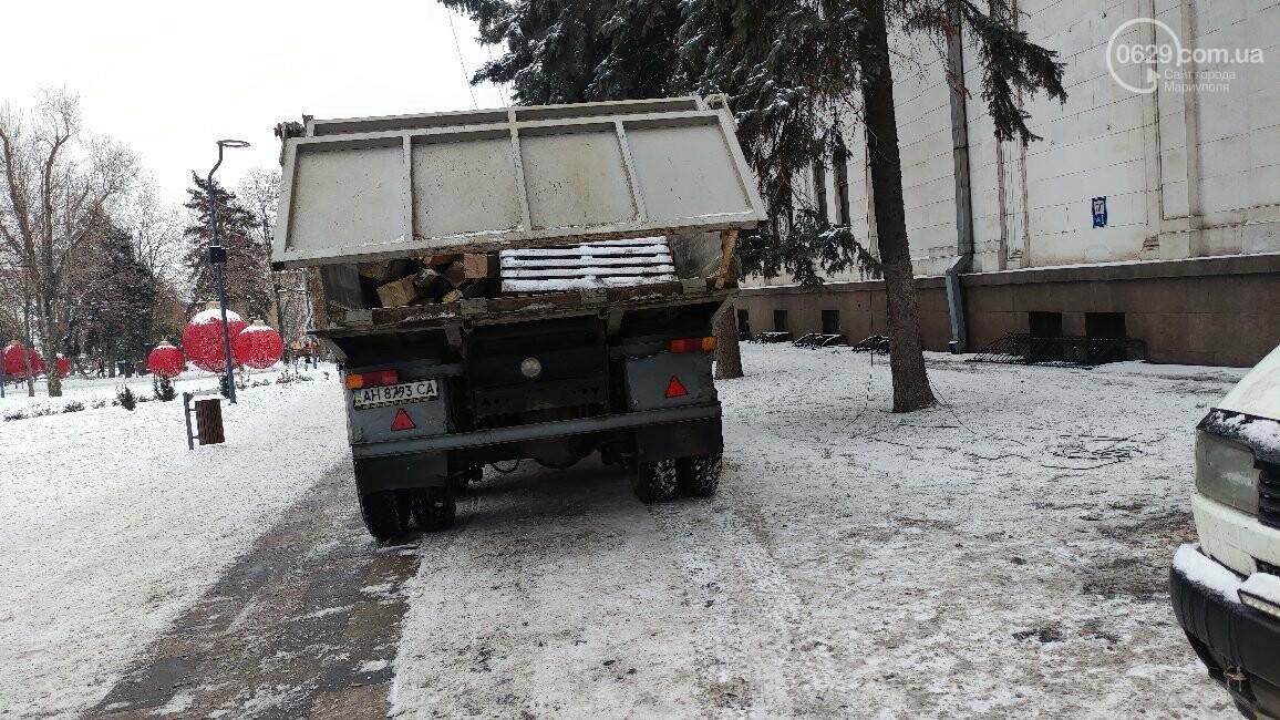 Трагедия возле главной елки Мариуполя: мужчина сорвался с крыши драматического театра, фото-7