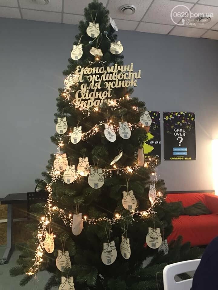 В Мариуполе начали продавать товары прямо с  новогодней елки,- ФОТО, фото-1