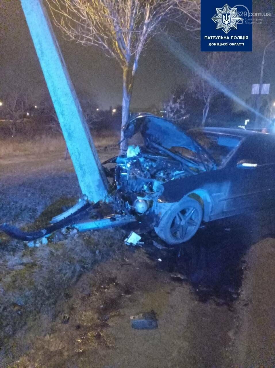 Мариуполец на авто врезался в столб, фото-1