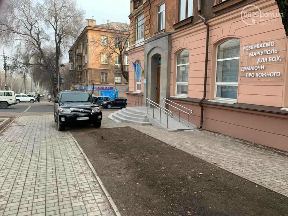 В Мариуполе депутатский внедорожник перегородил тротуар, - ФОТО, фото-2