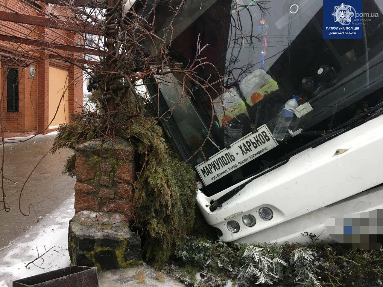 Под Мариуполем перевернулся пассажирский автобус, - ФОТО, фото-10