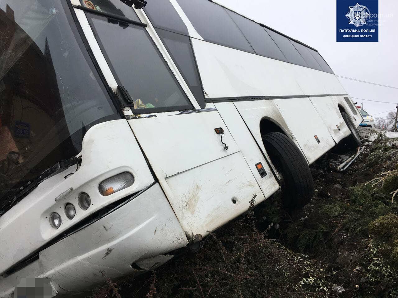 Под Мариуполем перевернулся пассажирский автобус, - ФОТО, фото-11