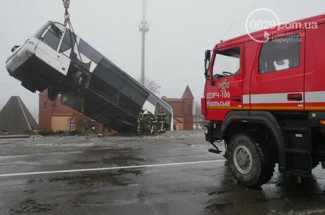Под Мариуполем перевернулся пассажирский автобус, - ФОТО, фото-1