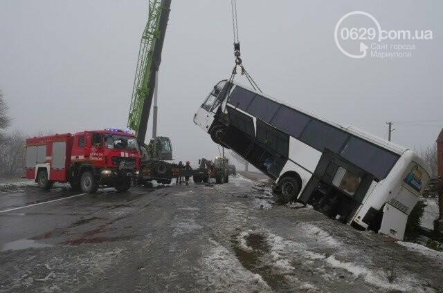 Под Мариуполем перевернулся пассажирский автобус, - ФОТО, фото-4