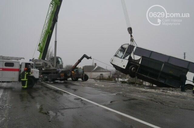 Под Мариуполем перевернулся пассажирский автобус, - ФОТО, фото-3