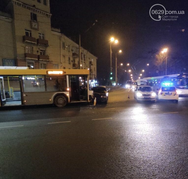 В центре Мариуполя на перекрестке не разминулись коммунальный автобус и ВАЗ, - ФОТО, ВИДЕО, фото-3