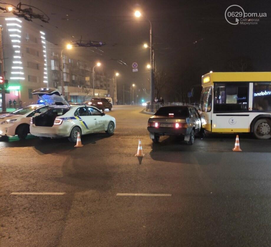 В центре Мариуполя на перекрестке не разминулись коммунальный автобус и ВАЗ, - ФОТО, ВИДЕО, фото-2