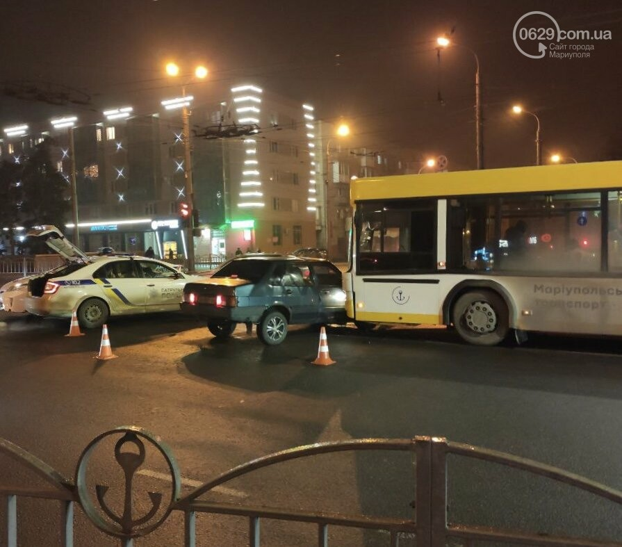 В центре Мариуполя на перекрестке не разминулись коммунальный автобус и ВАЗ, - ФОТО, ВИДЕО, фото-1