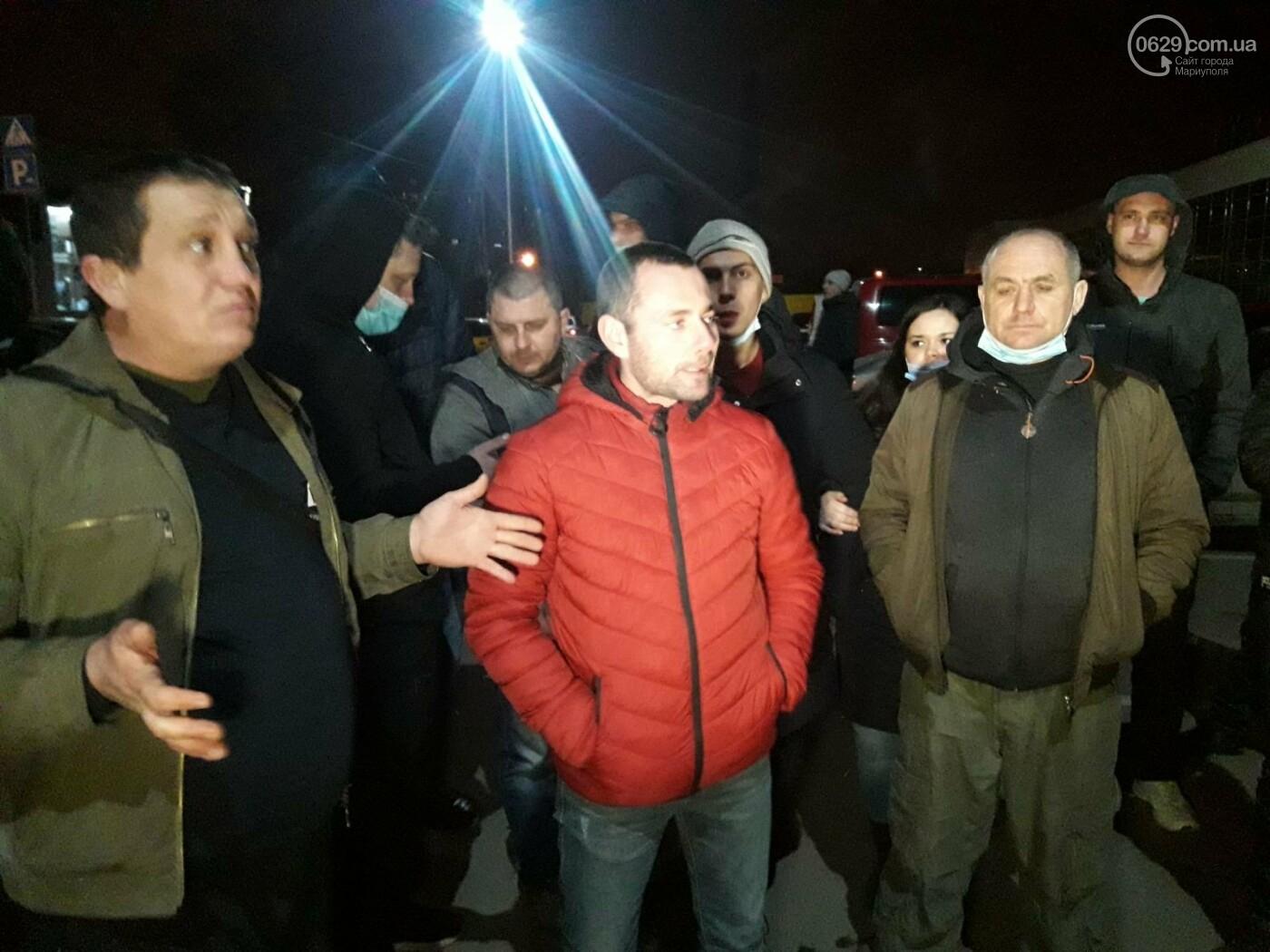 Нужно повысить тариф! В Мариуполе ночью митингуют таксисты, - ФОТО, фото-1