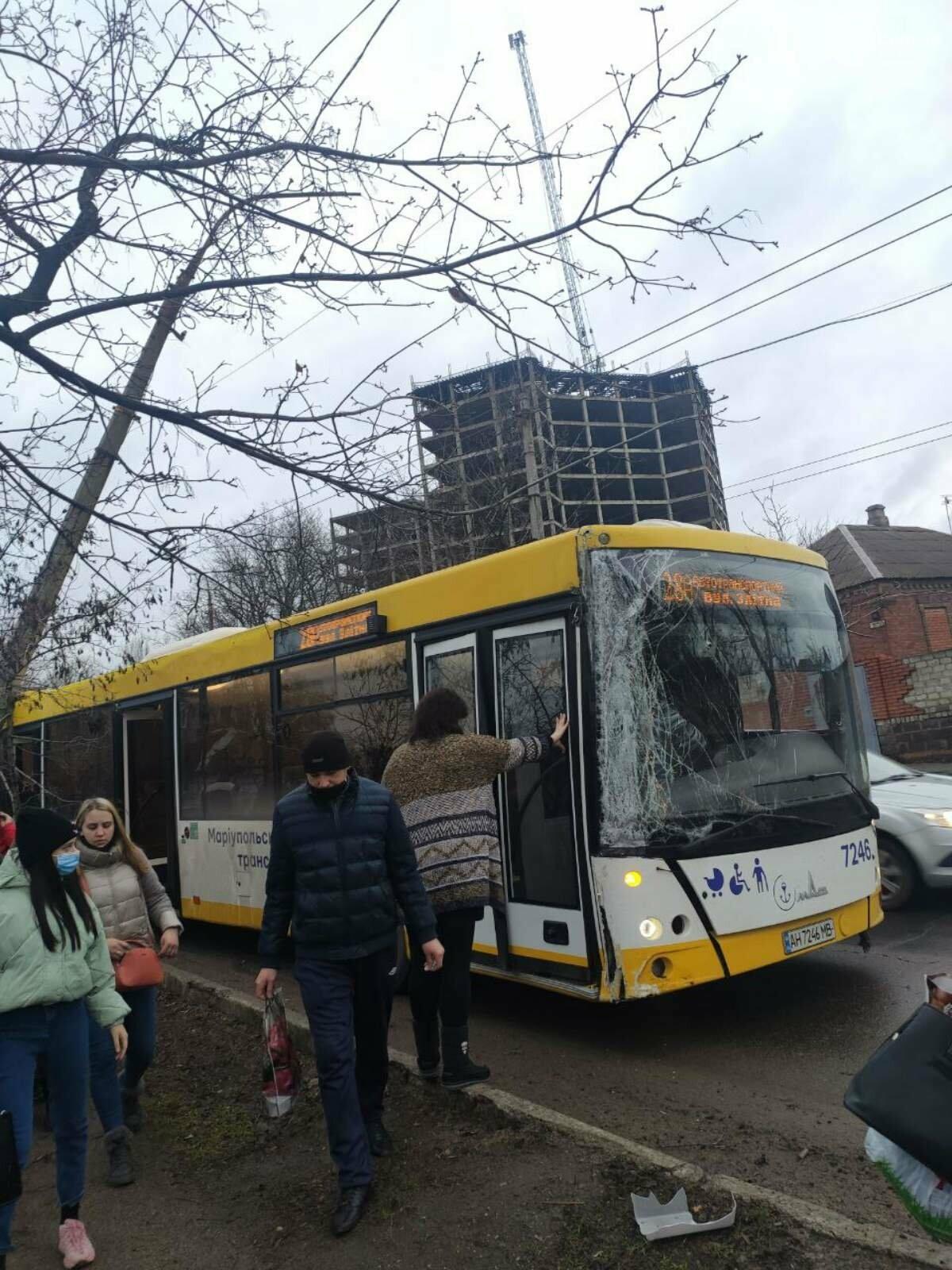В Мариуполе электроопора упала на коммунальный автобус, - ФОТО, ДОПОЛНЕНО, ВИДЕО, фото-1