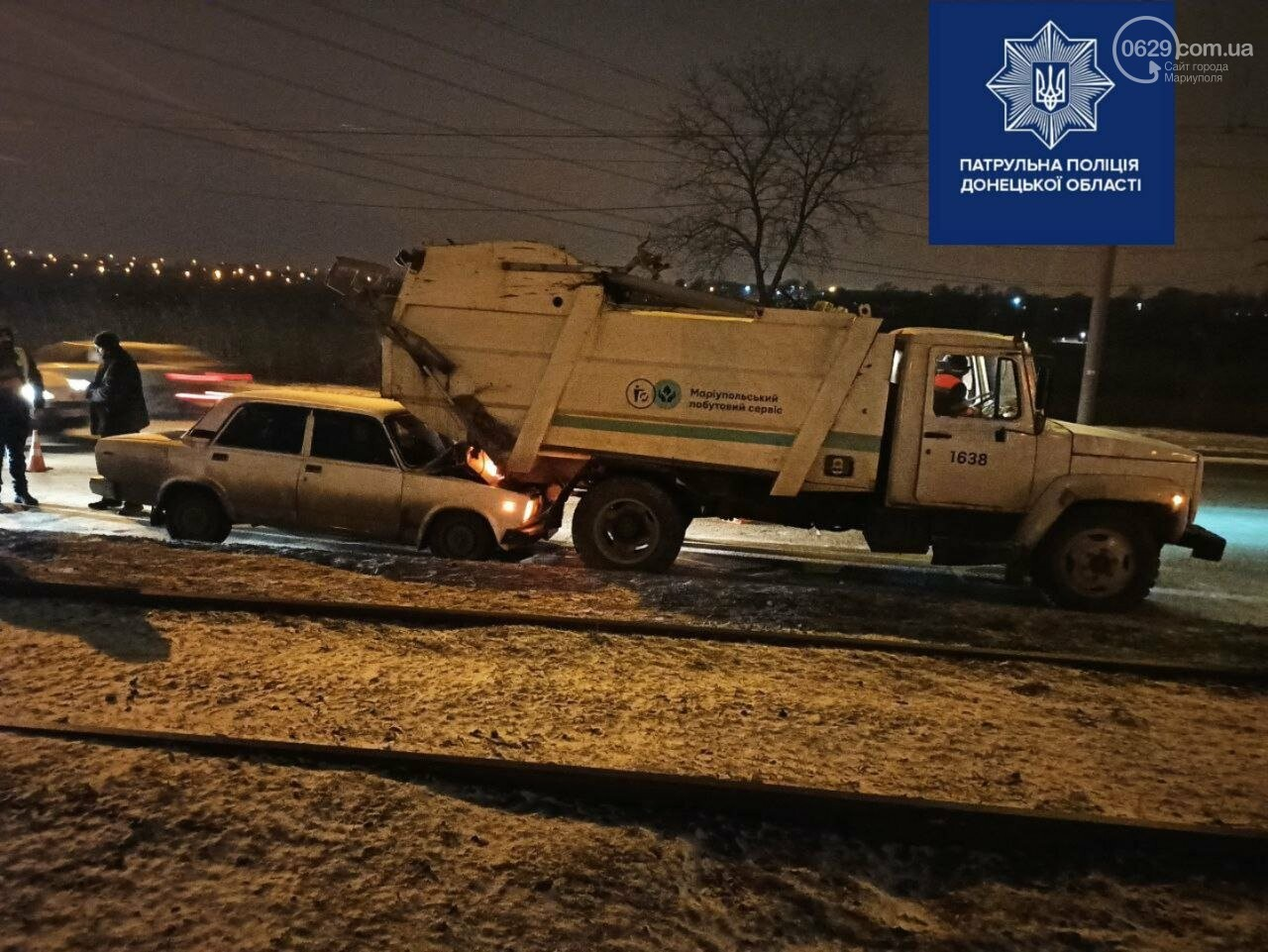 В Мариуполе ВАЗ  на Набережной влетел в мусоровоз, - ФОТО, фото-1