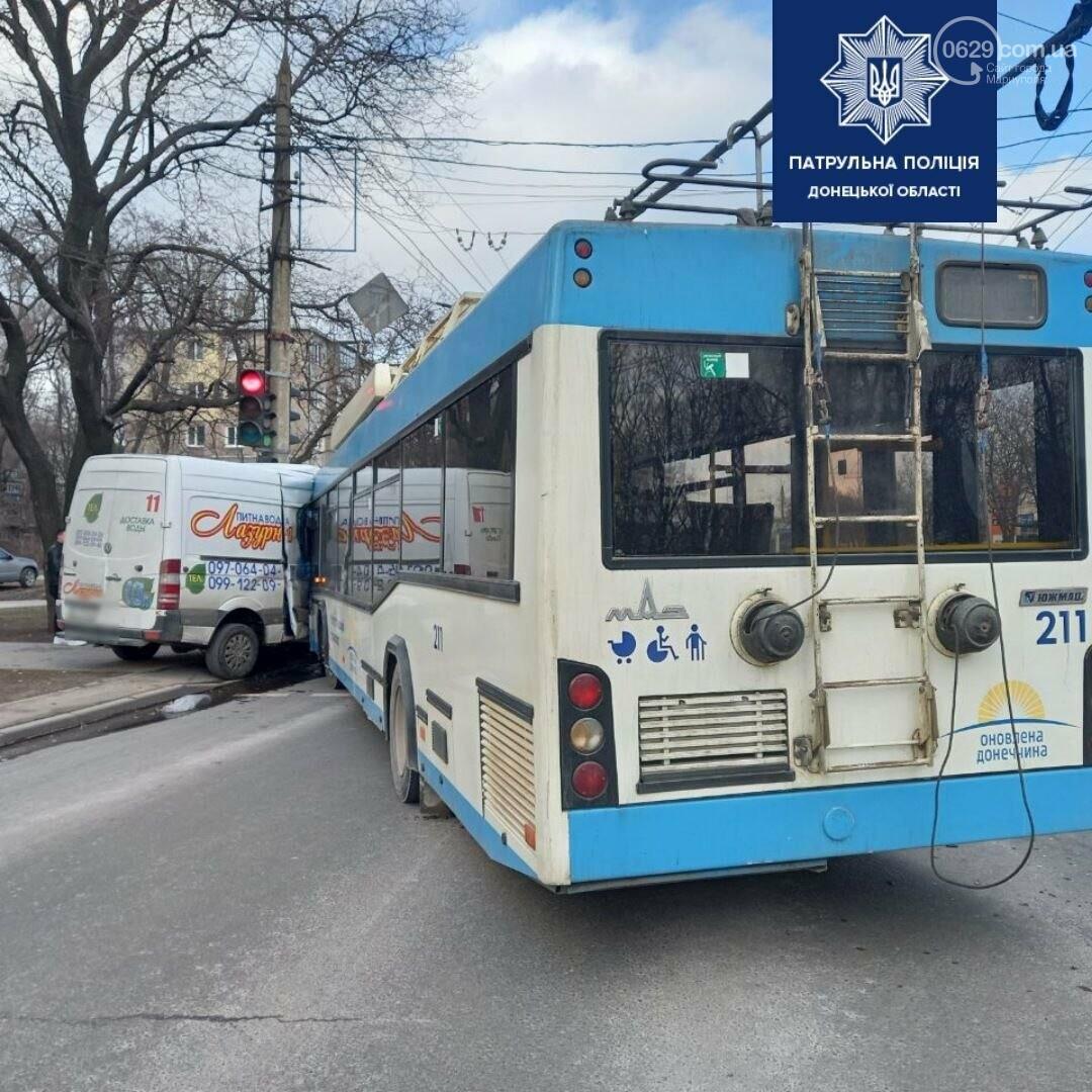 В Мариуполе троллейбус столкнулся с микроавтобусом  с водой,-ФОТО, фото-2