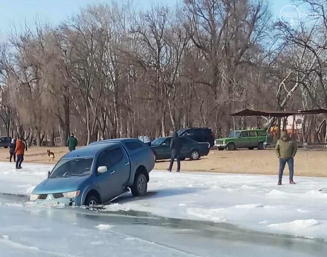 На Левобережье автомобиль провалился под лед, - ФОТО, ВИДЕО, фото-1