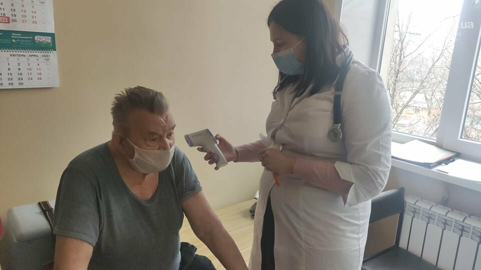 В Мариуполе привился от коронавируса первый пациент в возрасте 81 года. Как это было, - ФОТО, фото-1