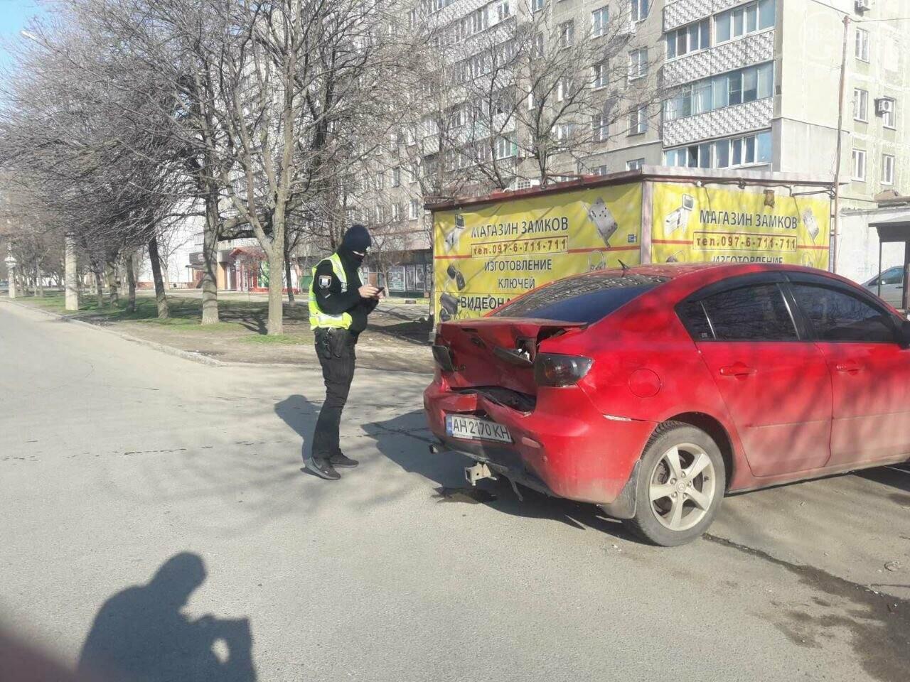"В Мариуполе мужчина на микроавтобусе врезался в девушку на красной ""Мазде"", - ФОТО, фото-1"
