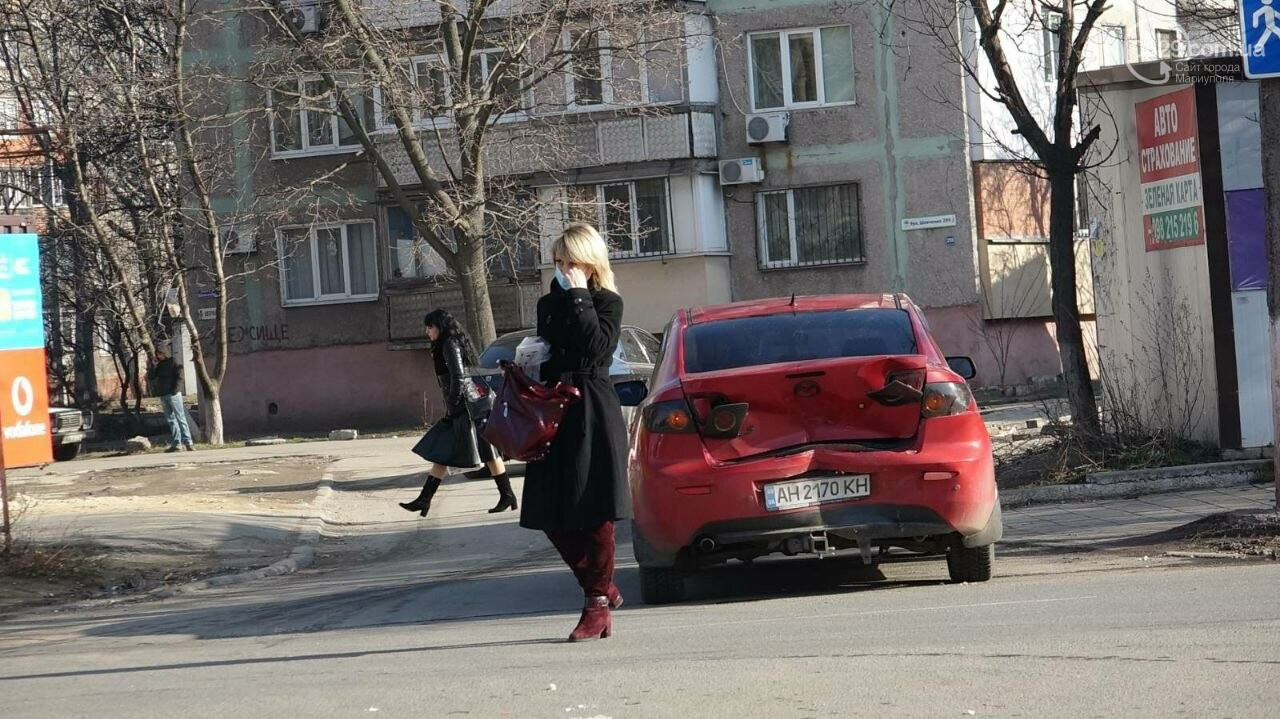 "В Мариуполе мужчина на микроавтобусе врезался в девушку на красной ""Мазде"", - ФОТО, фото-6"