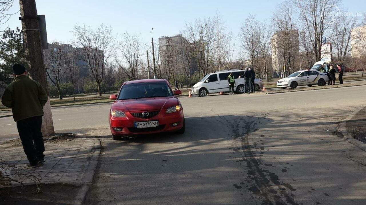 "В Мариуполе мужчина на микроавтобусе врезался в девушку на красной ""Мазде"", - ФОТО, фото-4"