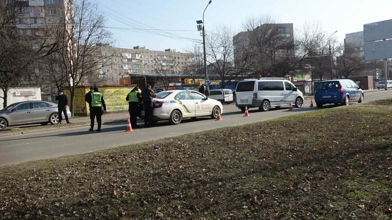 "В Мариуполе мужчина на микроавтобусе врезался в девушку на красной ""Мазде"", - ФОТО, фото-10"