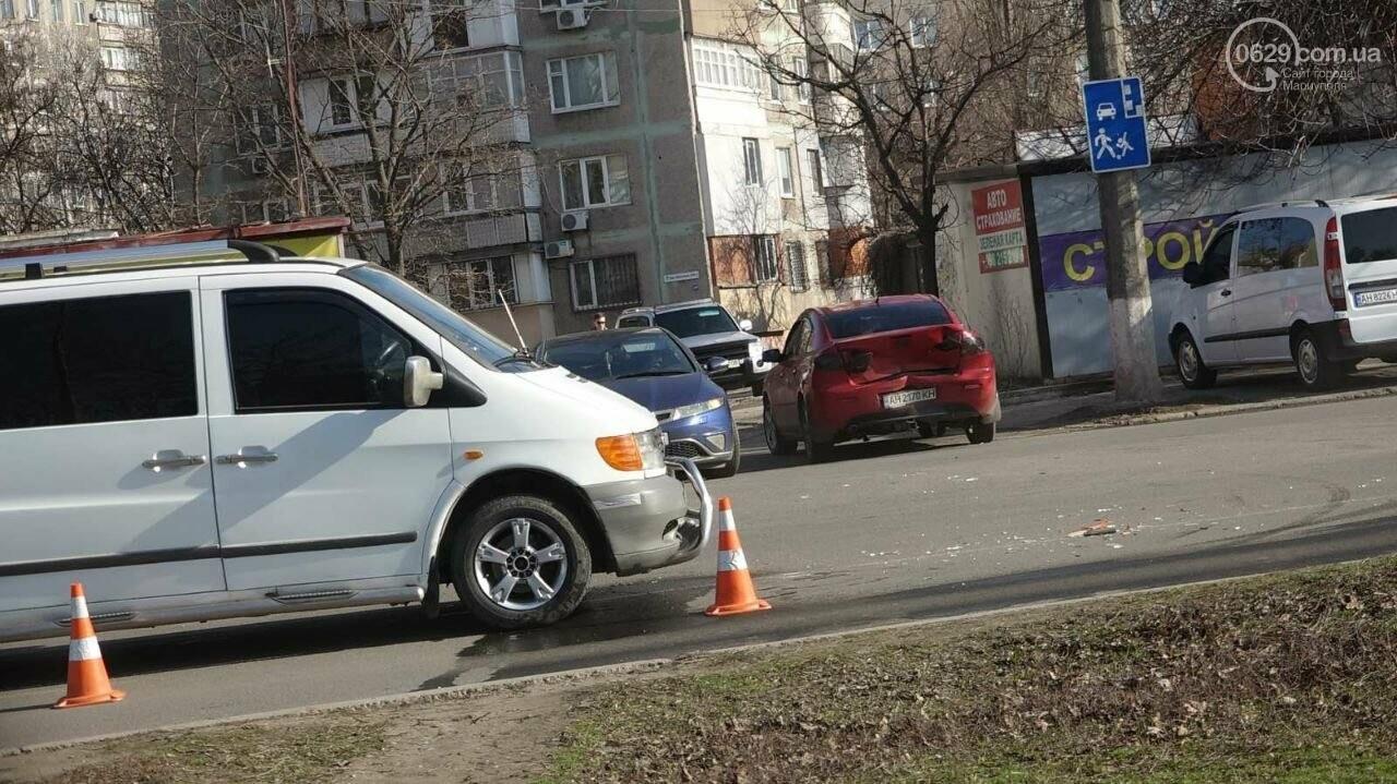 "В Мариуполе мужчина на микроавтобусе врезался в девушку на красной ""Мазде"", - ФОТО, фото-11"