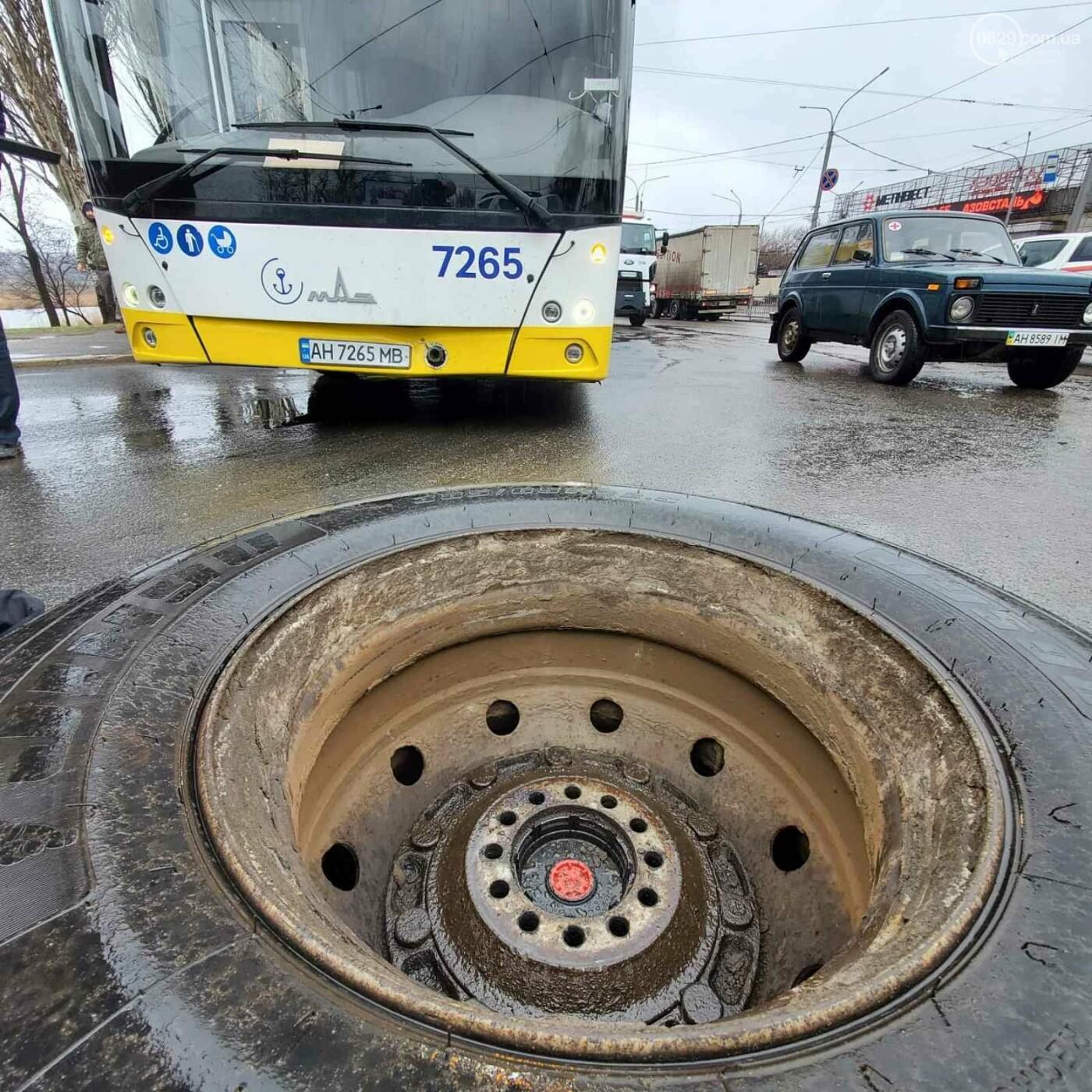 В Мариуполе у грузовика оторвалось колесо, покатилось по дороге и врезалось в автобус, - ФОТО, фото-2