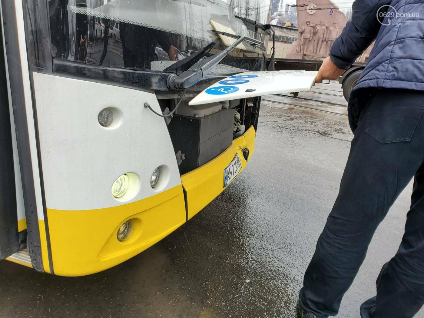 В Мариуполе у грузовика оторвалось колесо, покатилось по дороге и врезалось в автобус, - ФОТО, фото-4