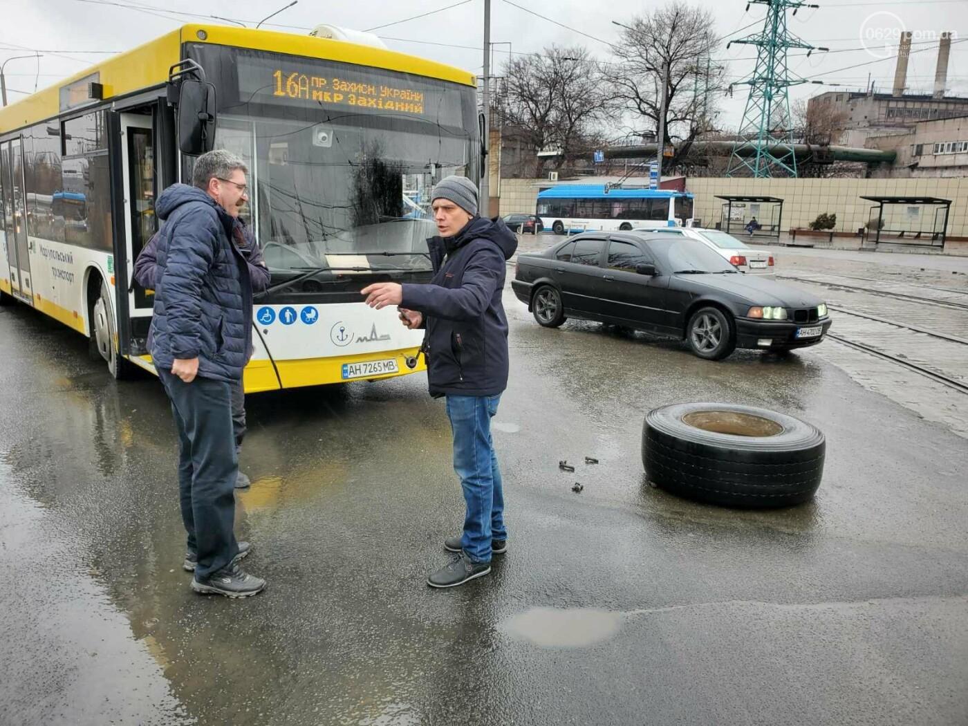 В Мариуполе у грузовика оторвалось колесо, покатилось по дороге и врезалось в автобус, - ФОТО, фото-3