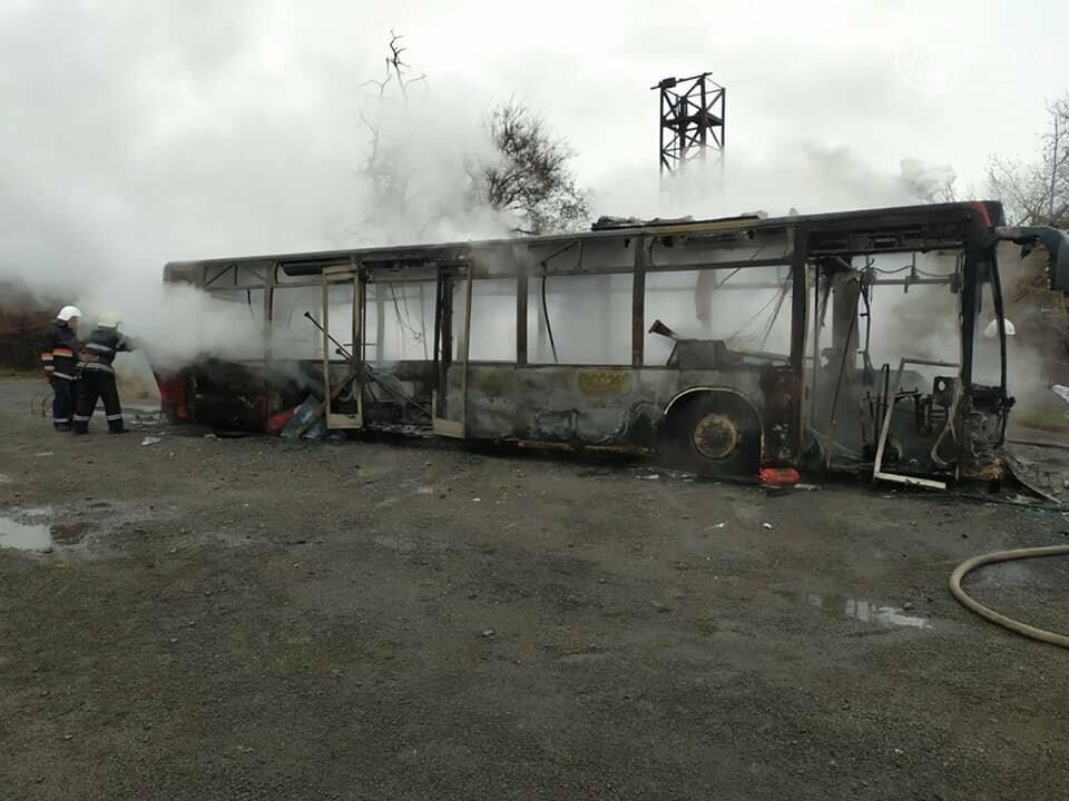 В Мариуполе сгорел заводской автобус, - ФОТО, ВИДЕО, фото-1