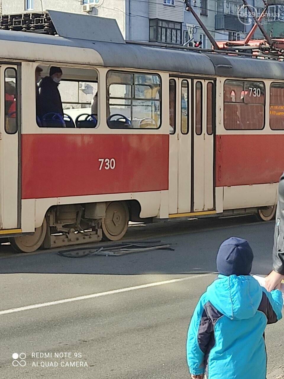 Драка в мариупольском трамвае: пассажиры выбили стекло, - ФОТО, фото-7