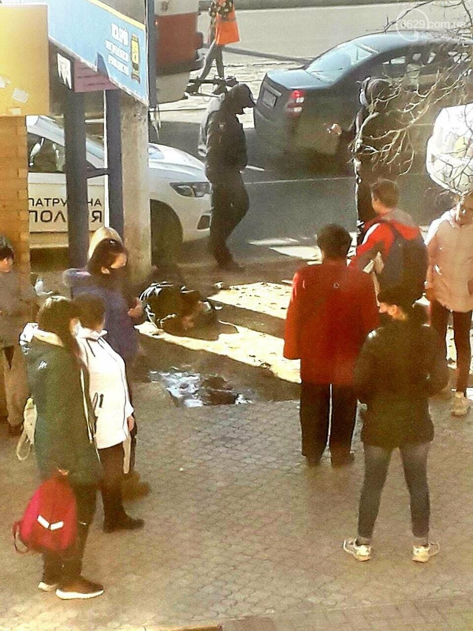 Драка в мариупольском трамвае: пассажиры выбили стекло, - ФОТО, фото-2
