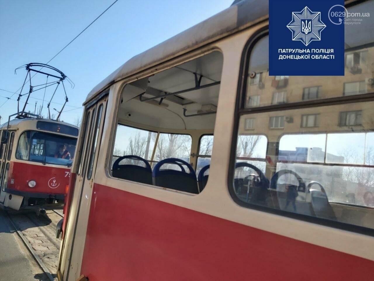 Драка в мариупольском трамвае: пассажиры выбили стекло, - ФОТО, фото-4