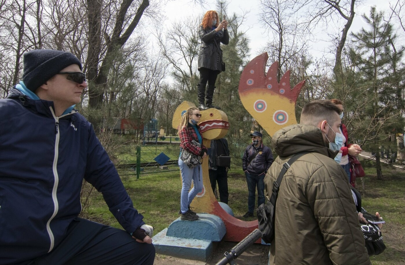 Мариупольцы возле забора Метинвеста спасали Городской сад от частного вуза,- ФОТО, ВИДЕО, фото-29