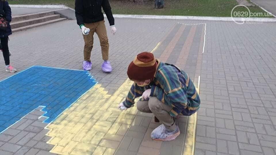 Мариупольские активисты пытались закрасить георгиевскую ленту на площади,- ФОТО, фото-2