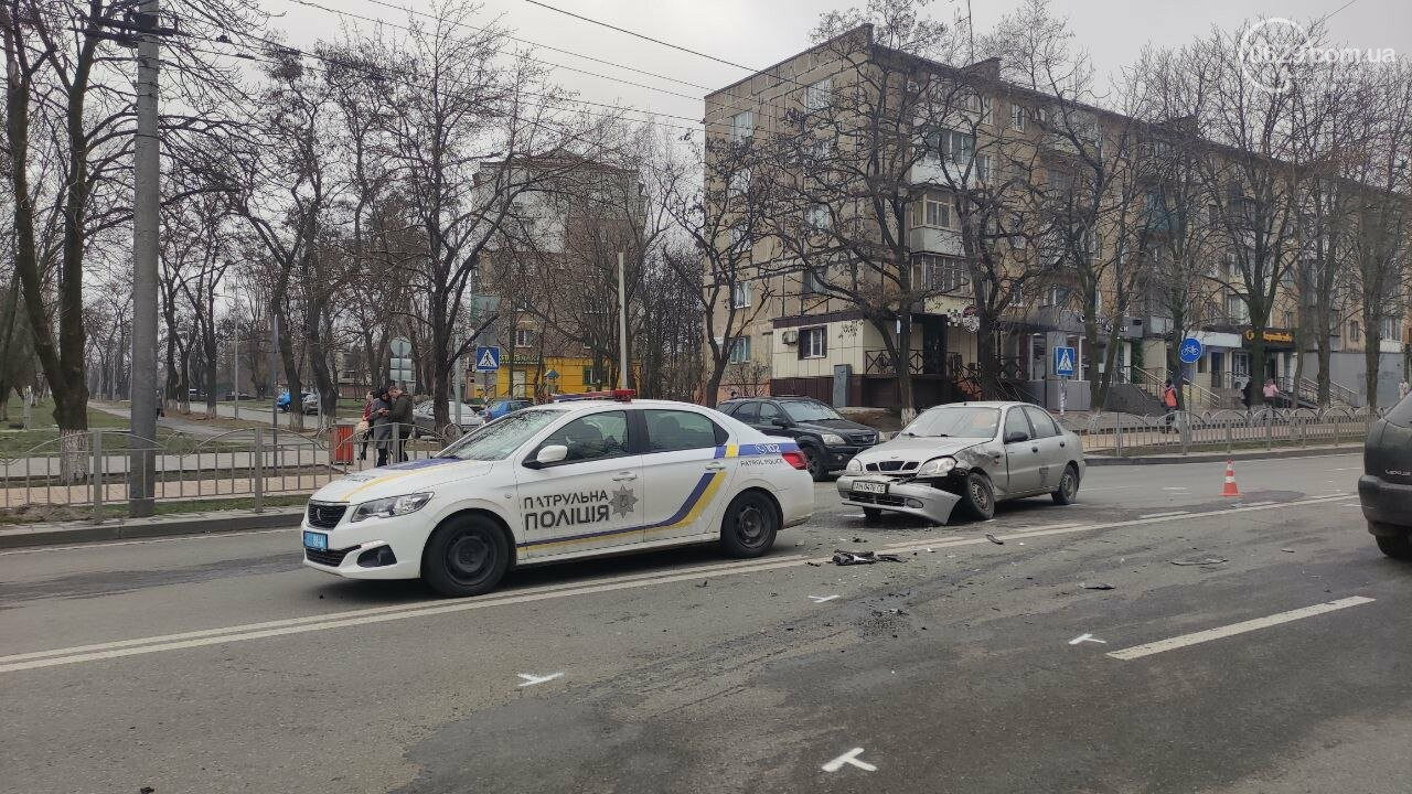 """Роковое место! В Мариуполе на одном из самых аварийных перекрестков столкнулись """"Ланос"""" и """"Форд"""", - ФОТО, фото-1"""