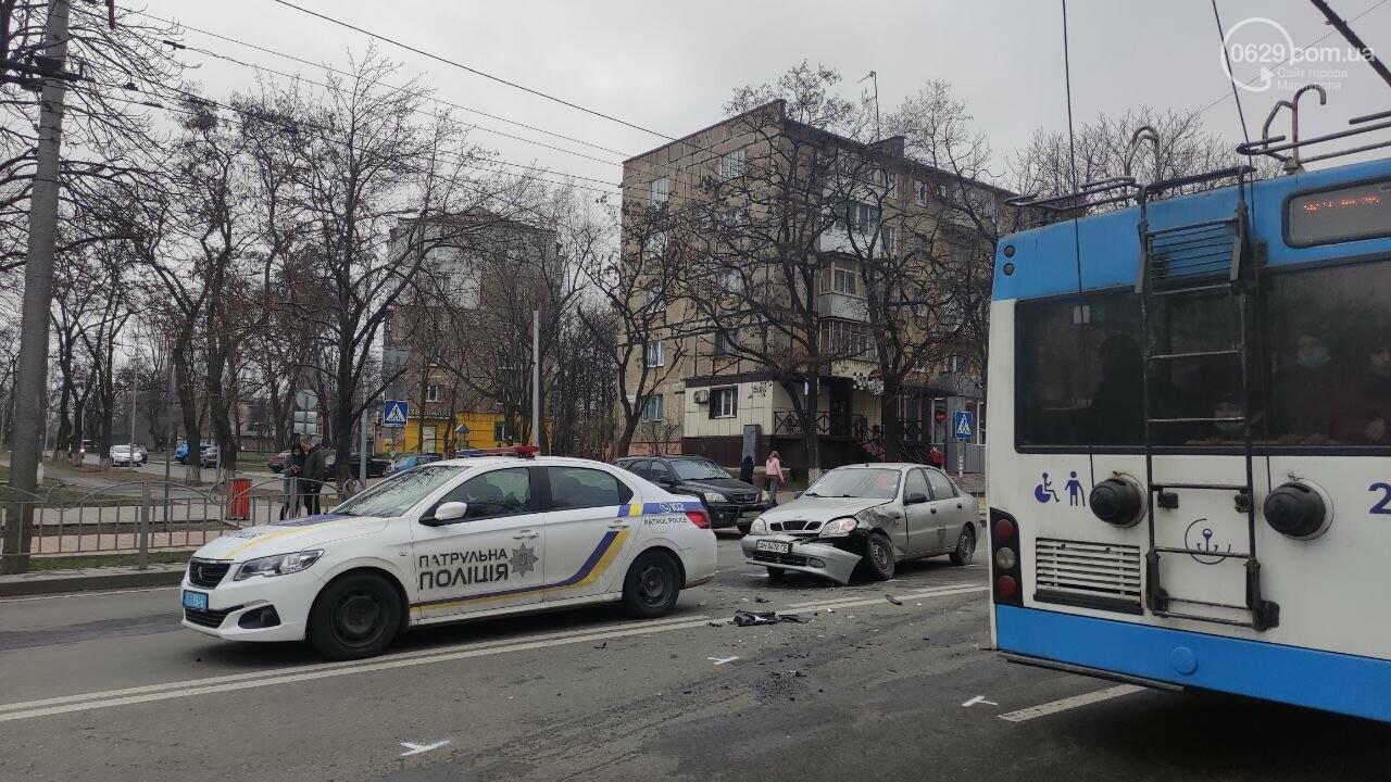 """Роковое место! В Мариуполе на одном из самых аварийных перекрестков столкнулись """"Ланос"""" и """"Форд"""", - ФОТО, фото-2"""