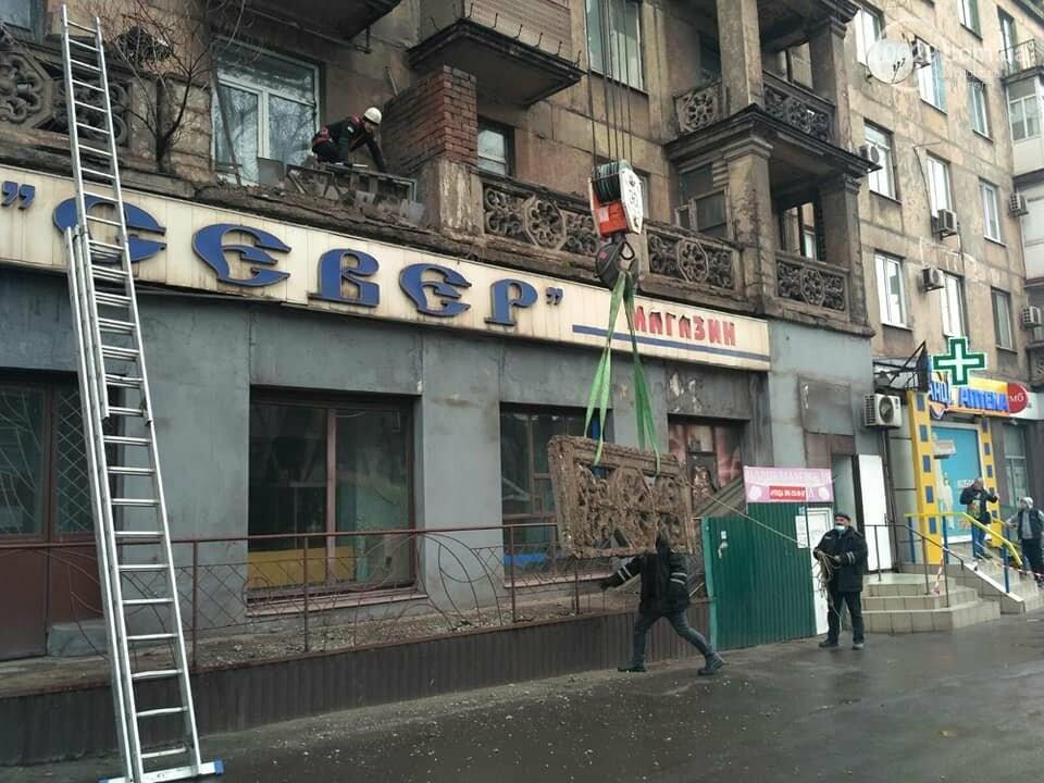 В Мариуполе спасли жителей от аварийного балкона, - ФОТО, фото-2