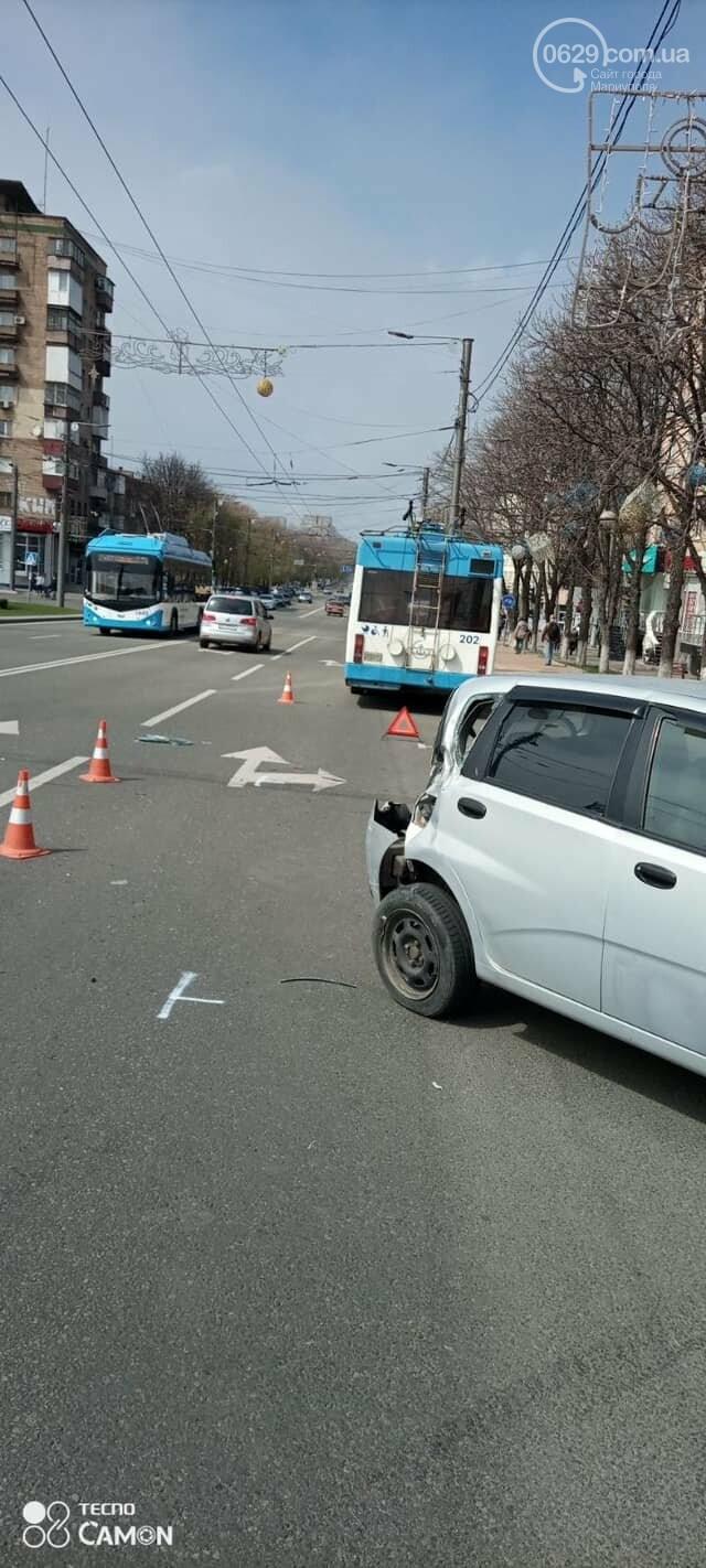 В Мариуполе утром сразу два троллейбуса попали в аварию,- ФОТО, фото-2