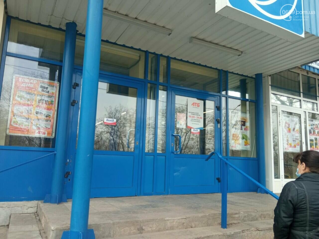 "Мариуполец с топором разнес кассы супермаркета ""АТБ"", - ВИДЕО, фото-3"