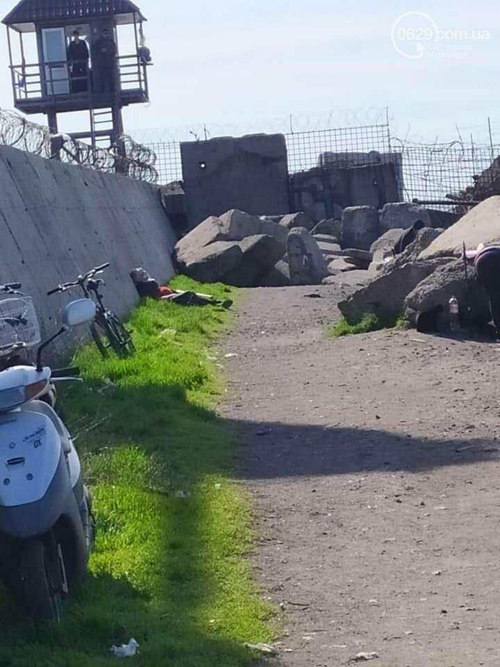 В Мариуполе на камнях в поселке Песчаный умер мужчина.- ФОТО, фото-1