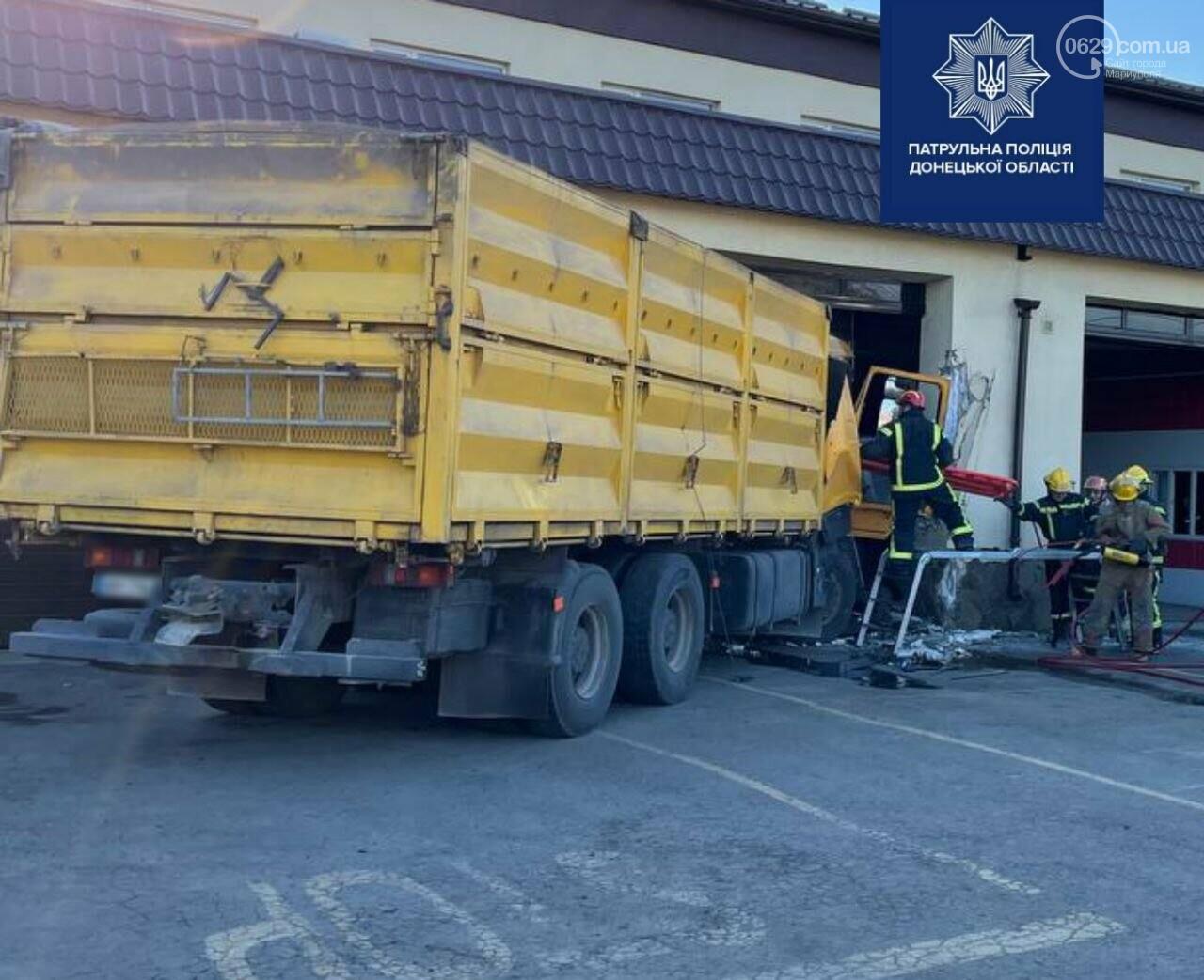 В Мариуполе грузовик влетел в пожарную часть,- ФОТО, фото-2