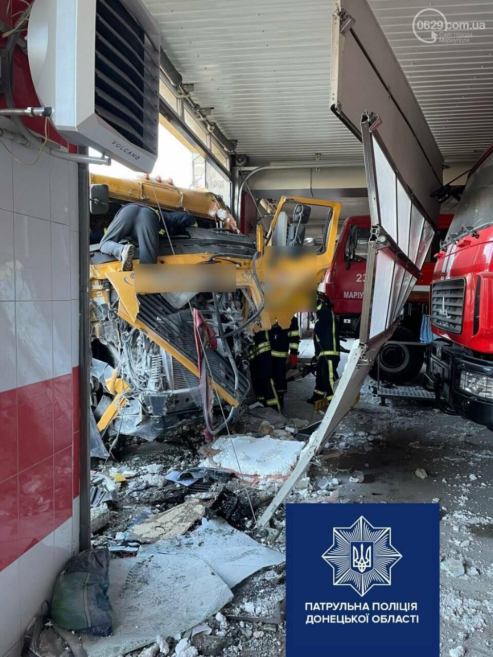 В Мариуполе грузовик влетел в пожарную часть,- ФОТО, фото-1