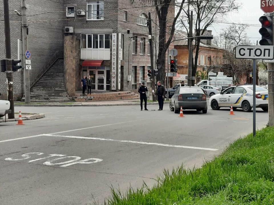 """В центре Мариуполя """"столкнулись"""" полицейская и патрульная машины, - ФОТО, фото-2"""