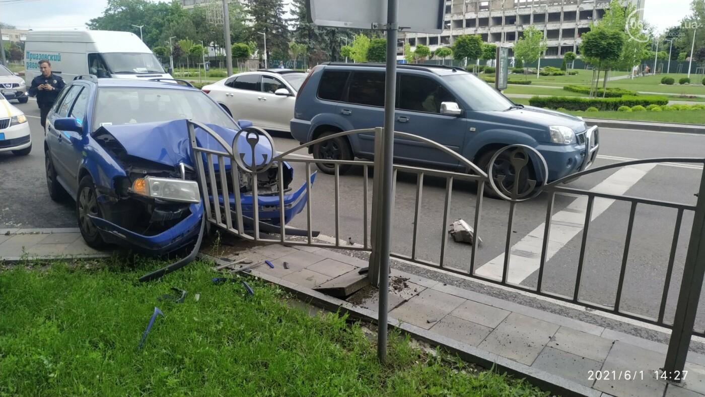 В центре Мариуполя Skoda влетела в ограждение, - ФОТО, фото-6