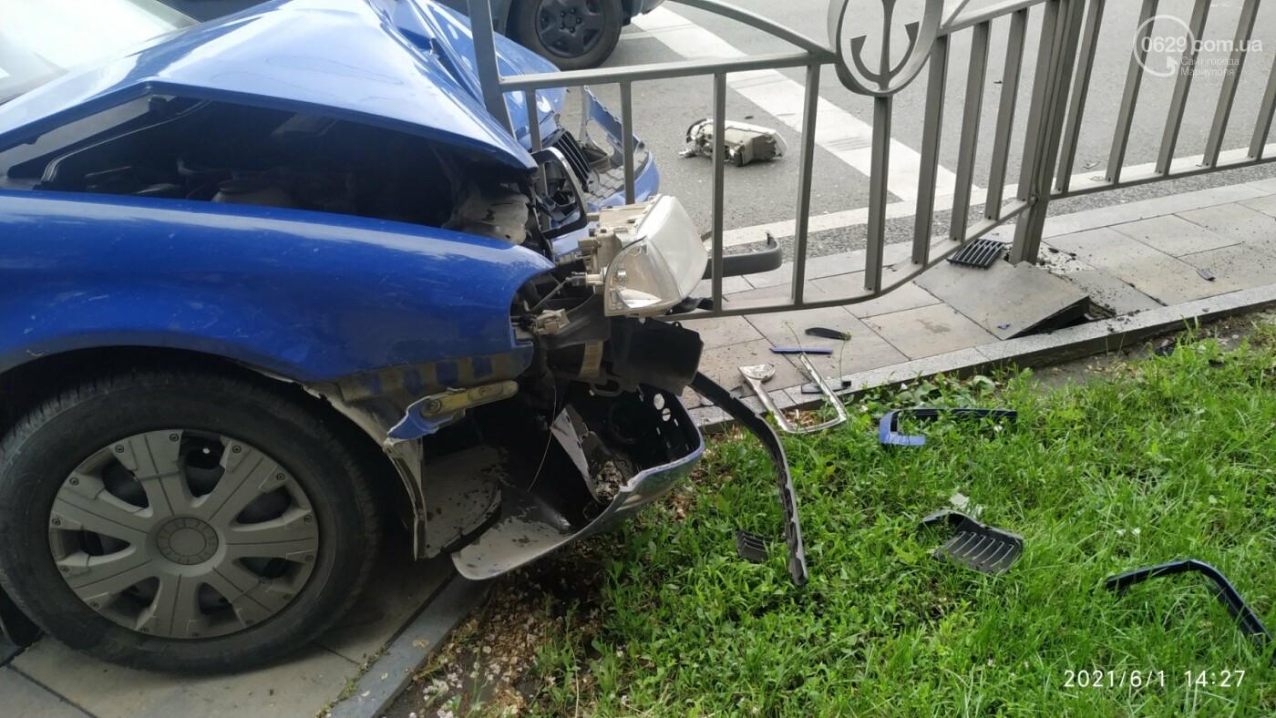 В центре Мариуполя Skoda влетела в ограждение, - ФОТО, фото-2
