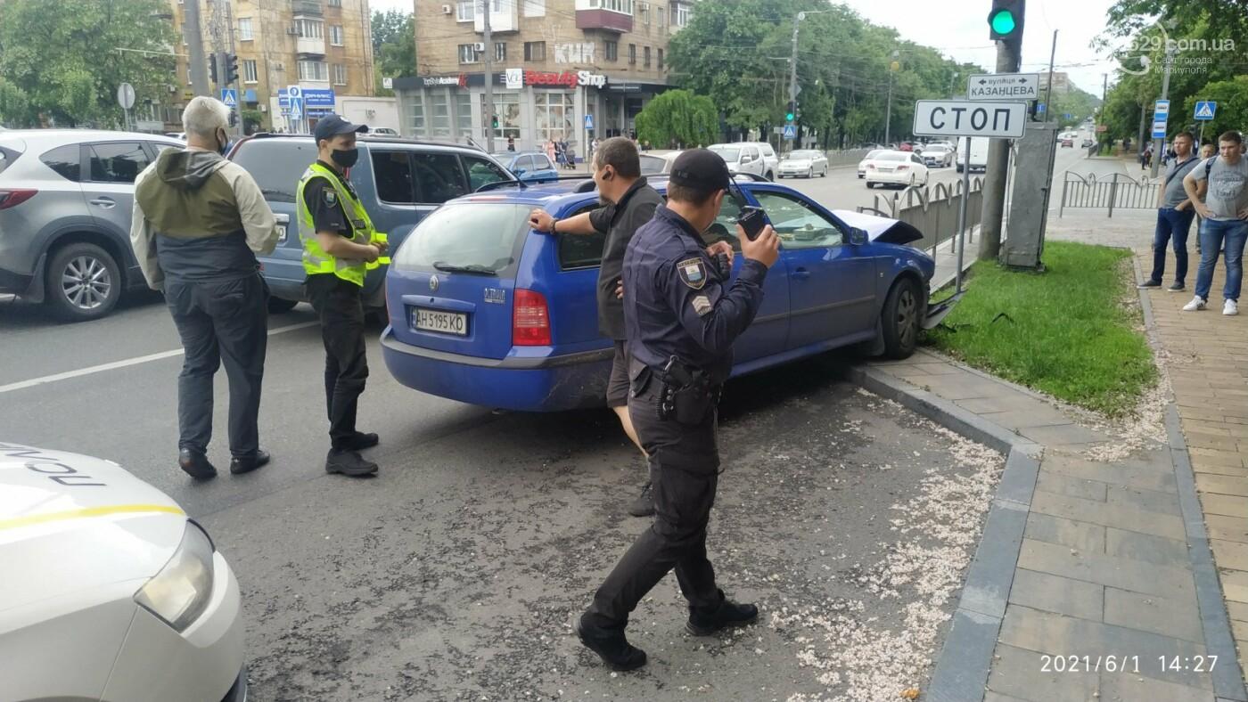 В центре Мариуполя Skoda влетела в ограждение, - ФОТО, фото-5