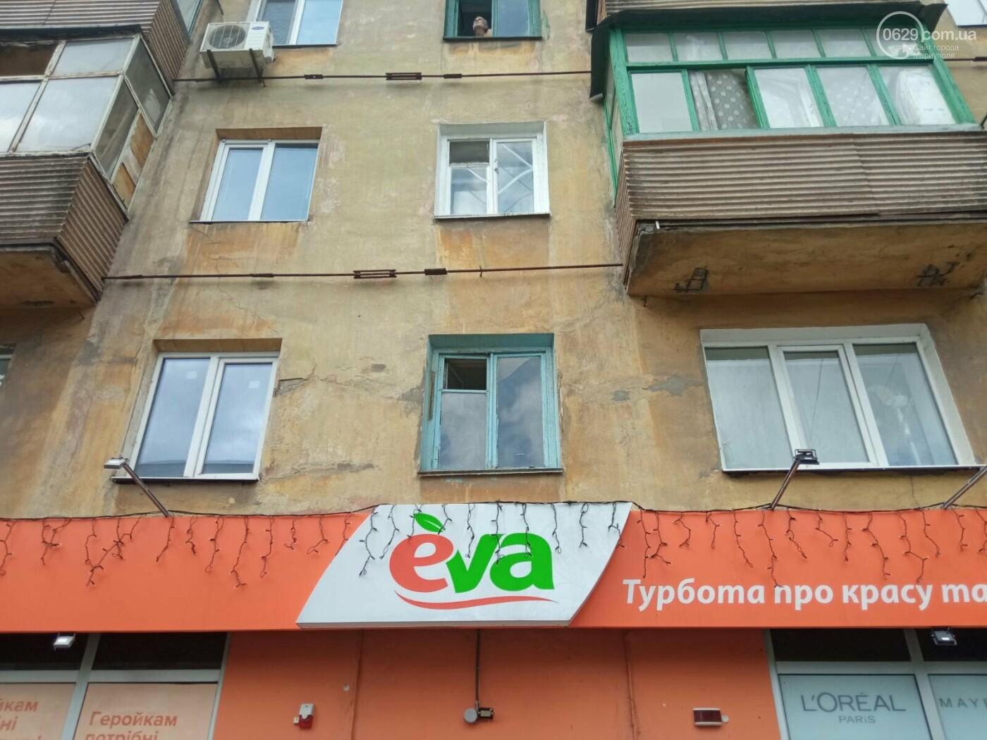 Соседи в ужасе! Бомжи и наркоманы захватили пустующую квартиру в Мариуполе и устроили притон, - ФОТО, фото-1