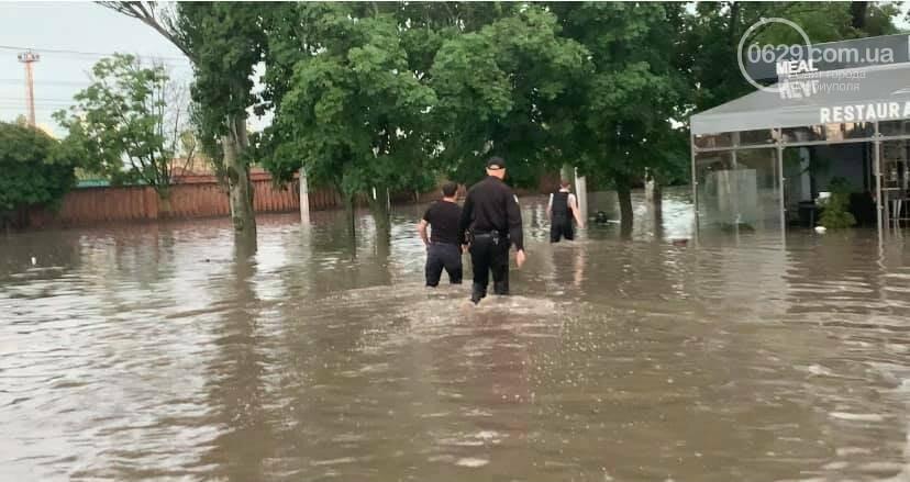Вода по пояс, залитые магазины и дома. Как ликвидировали наводнение на площади Лунина, - ВИДЕО, фото-2